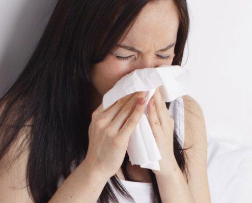 une femme qui se soigne avec homeopathie pour un rhume